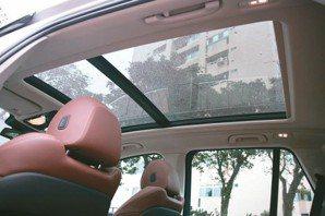 加大的全景電動玻璃天窗,在入夜後還會融合15,000顆LED光點打造夢幻車艙。 ...