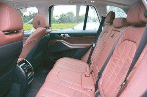 以Vernasca真皮座椅與楊木飾板等頂級材質,打造豪華雋永座艙。 圖/陳志光
