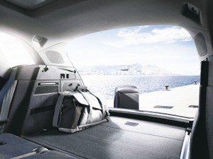 Audi Q5擁有550公升超大平整化行李箱容積,若將後排座椅向下折疊,更可擴充...
