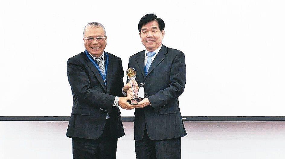 工具機M-Team聯盟會長謝瑞木(左)頒獎給瑞商格蘭富台灣分公司總經理邊士杰。 ...