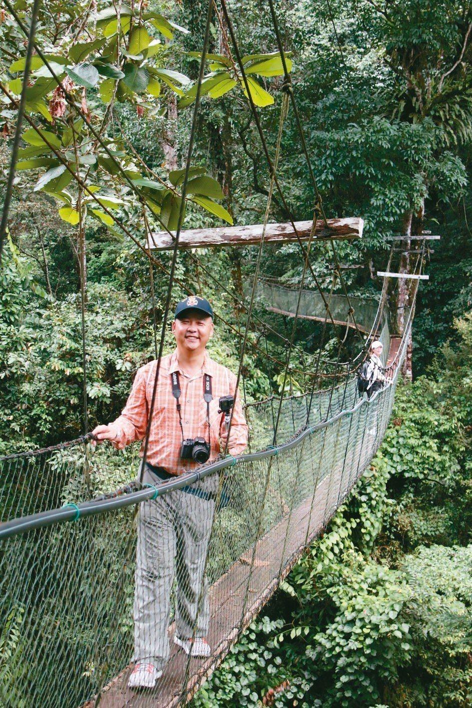 極光旅行社總經理何烱維說,國家公園極重視體驗的安全性,樹頂吊橋一次只容許兩人行走...