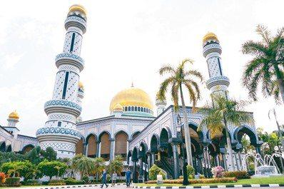 由現任29世蘇丹主持興建的「傑米清真寺」,29個巨型圓頂一共耗費45公斤黃金打造...