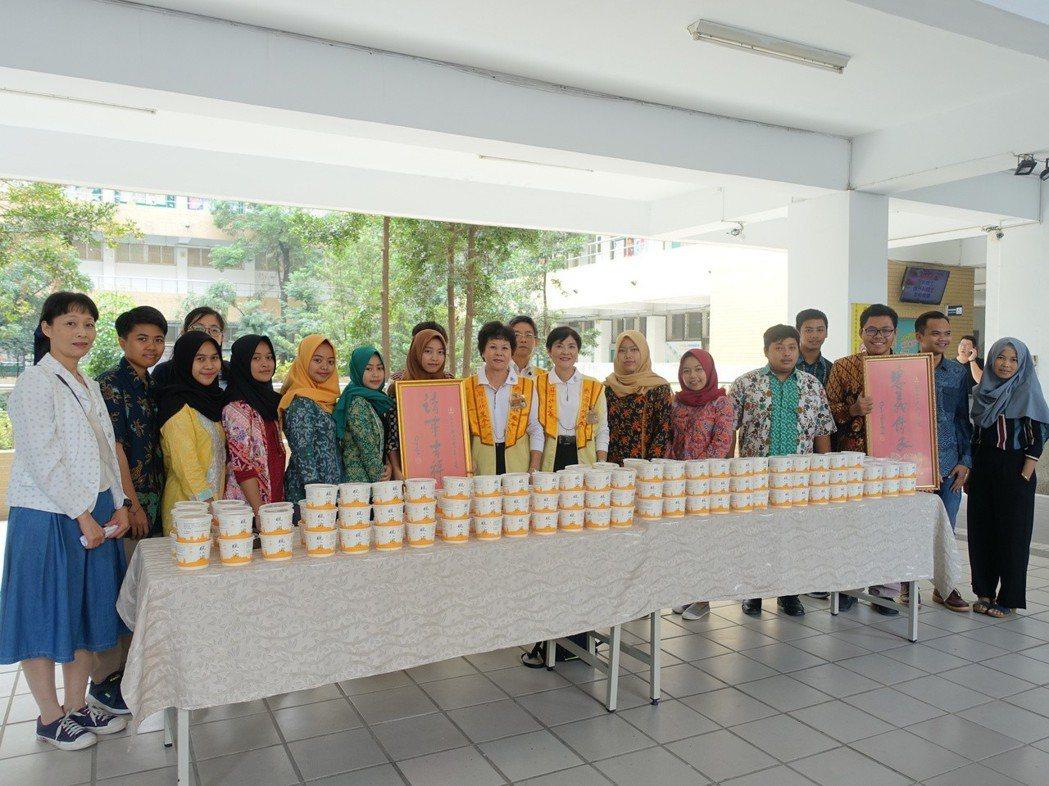 高苑科大印尼同學受贈臘八粥。 圖/高苑科大提供