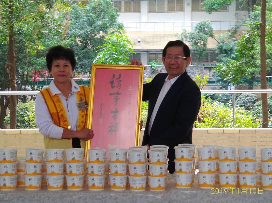 副校長張學斌博士(右)代表受贈臘八粥。 圖/高苑科大提供