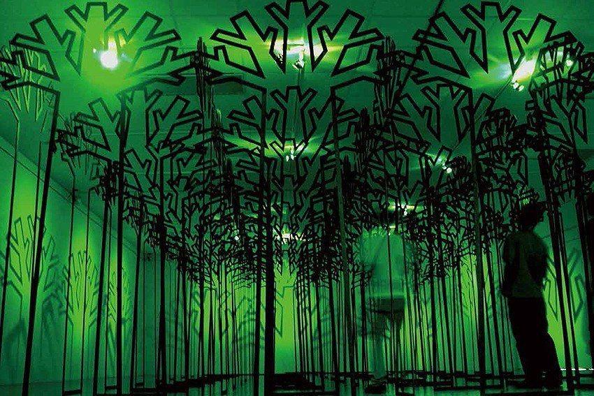 〈渾厚與輕盈之間―穿透空間〉,1995,鋼鐵、馬達、綠玻璃紙、風扇。 人文遠雄博...