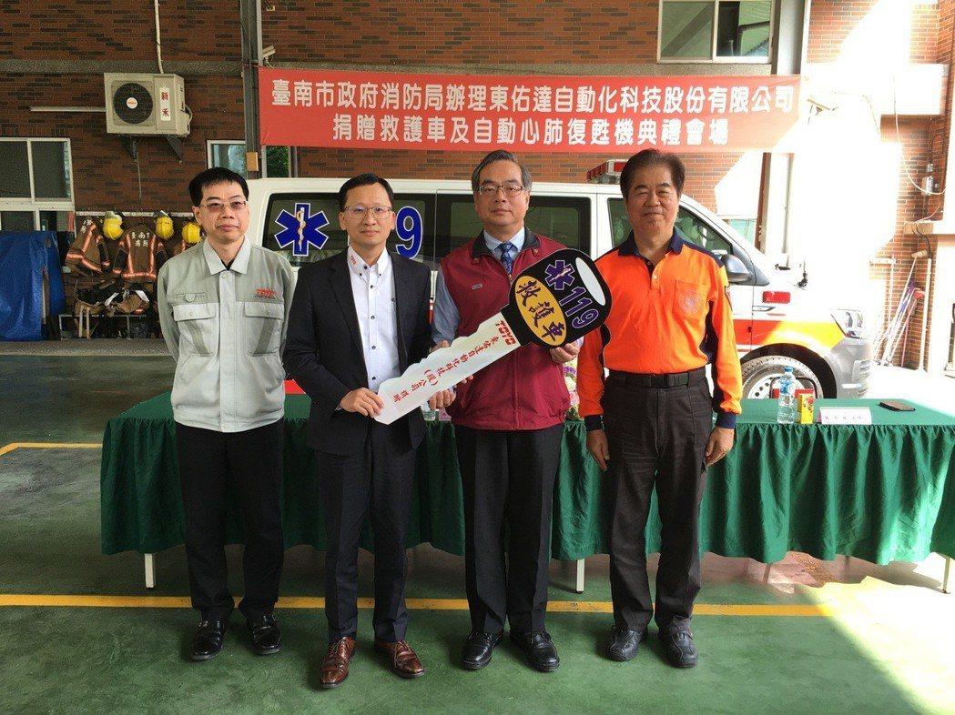 東佑達董事長林宗德(左二)將救護車鑰匙移交給台南市消防局長副局長楊宗林(右二)。...