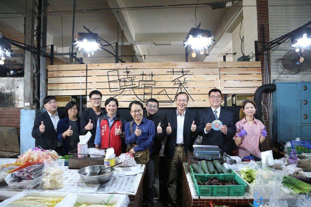 南華大學建景系師生進行「全能攤販改造計畫」,融入文創概念為傳統市場攤商打造新氣象...