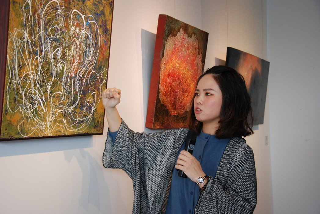 胡采炘向參觀者說明創作理念。 楊鎮州/攝影