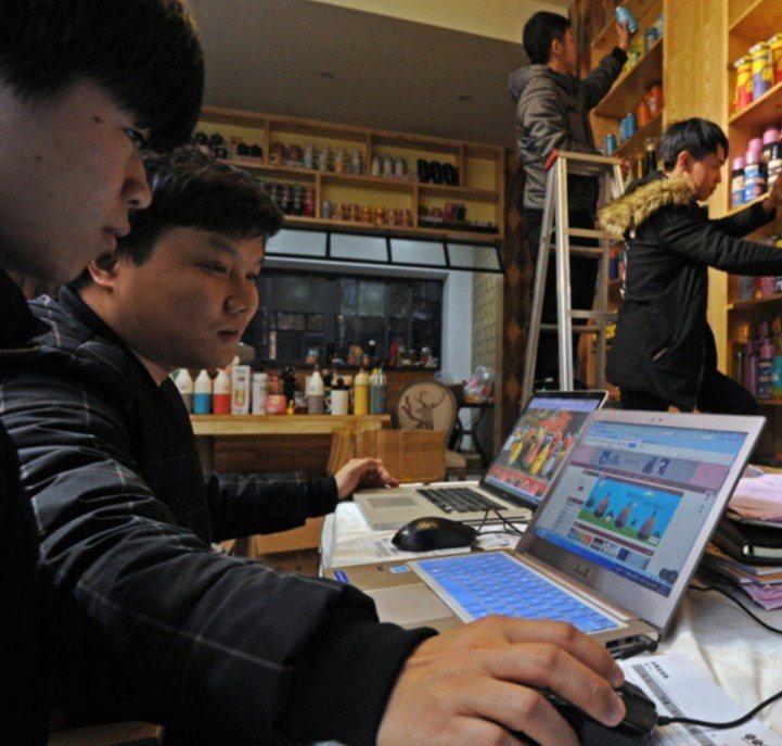 中國進一步收緊網絡管控,「翻牆」網民受罰。有政協委員提案,建議在粵港澳大灣區建立...
