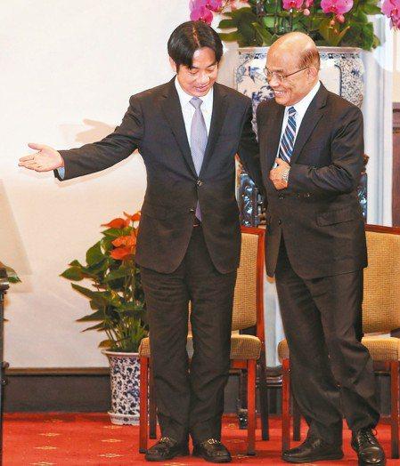 總統府上午舉行記者會,蔡英文總統與辭去行政院長的賴清德(左)和將接任閣揆的蘇貞昌...