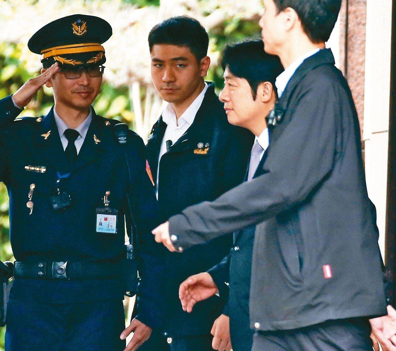 賴清德(右二)上午搭車離開行政院。 記者林澔一/攝影