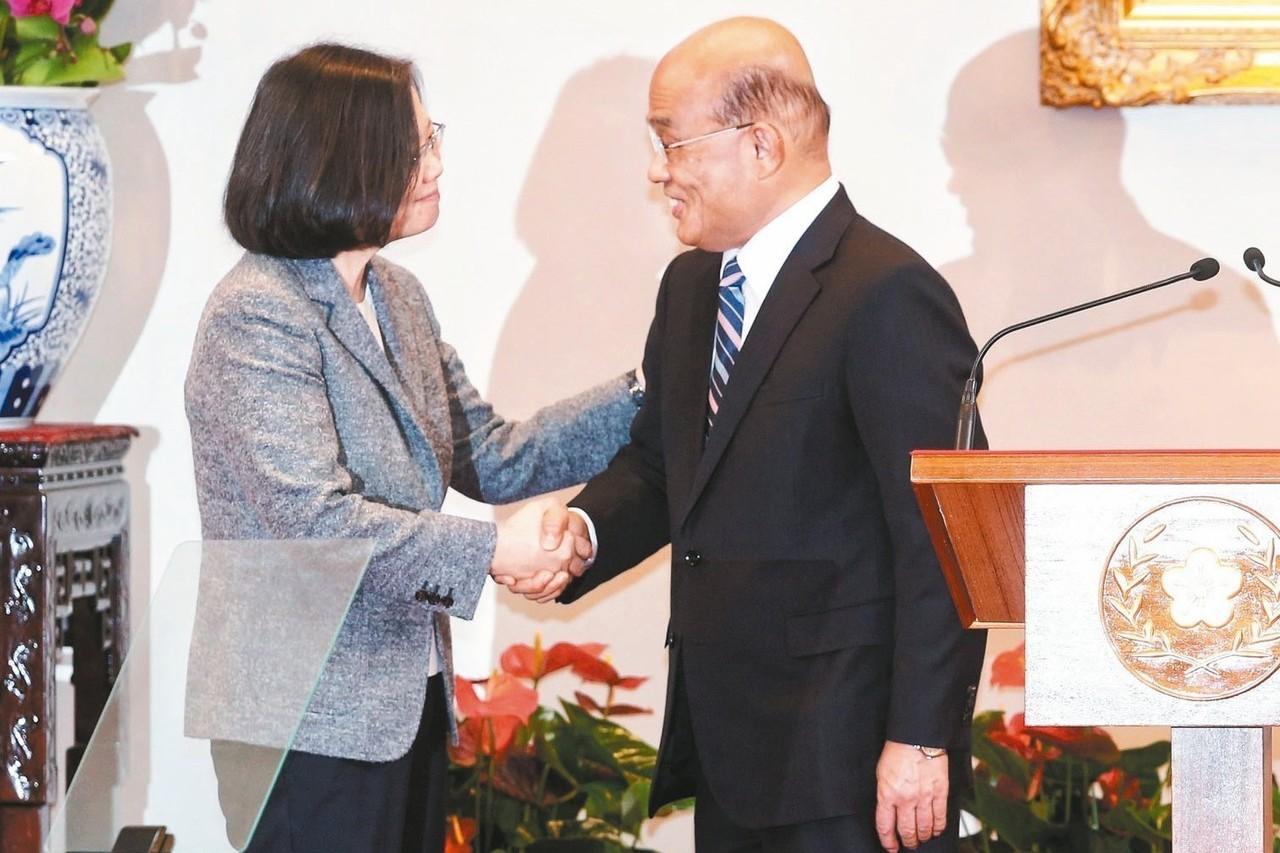 行政院長賴清德上午提內閣總辭,蘇貞昌(右)準備接任閣揆,與蔡英文總統(左)握手致...