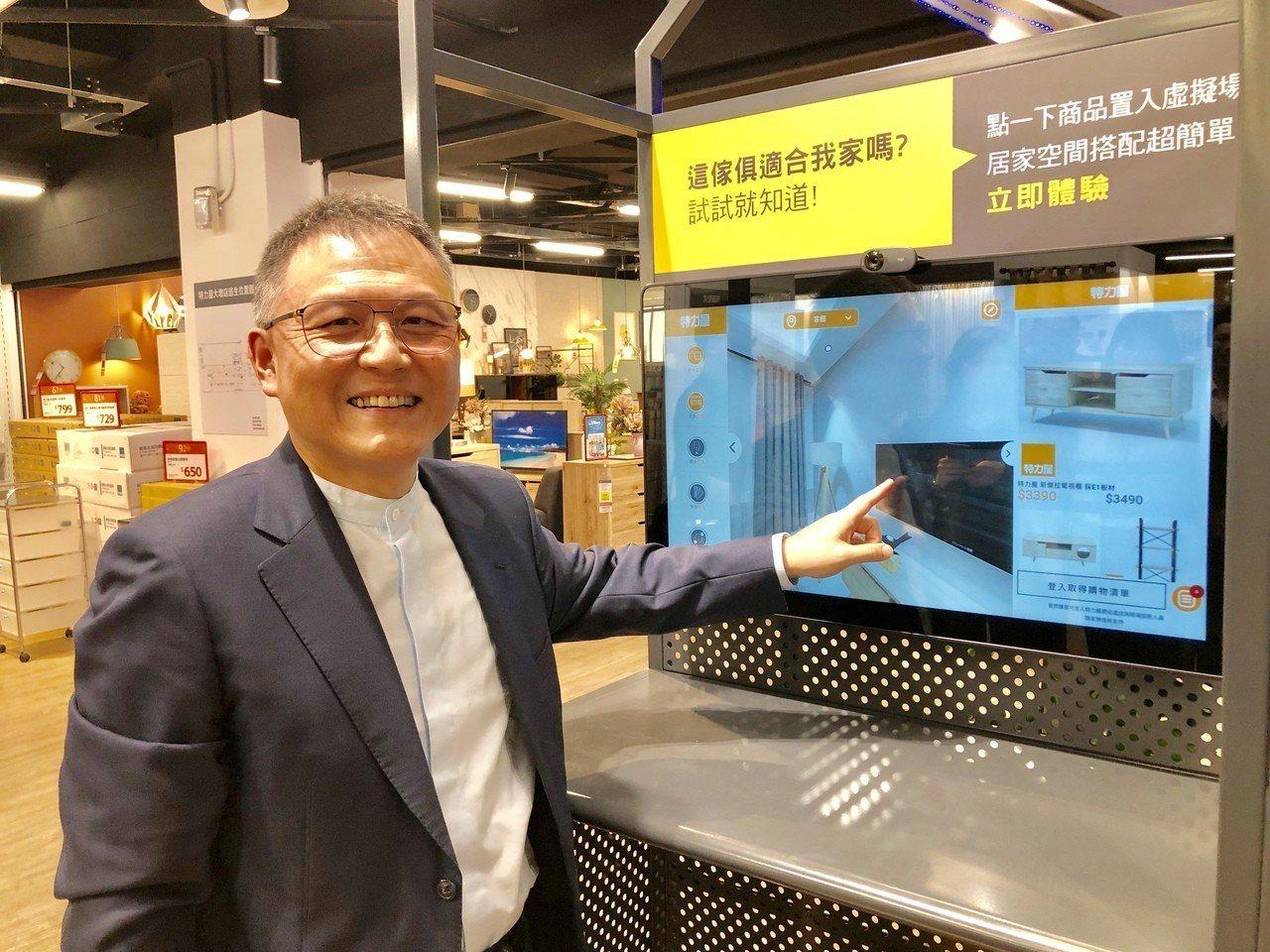 特力屋總經理張栢青展示台中大墩店的數位貨架。 聯合報係記者宋健生/攝影