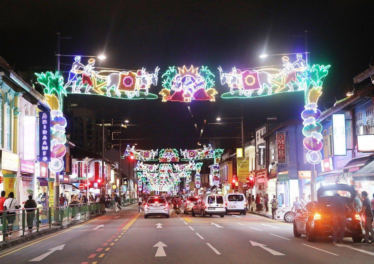 新加坡慶祝即將來臨的豐收節(Pongal),從11日起在小印度舉行亮燈慶祝活動,...