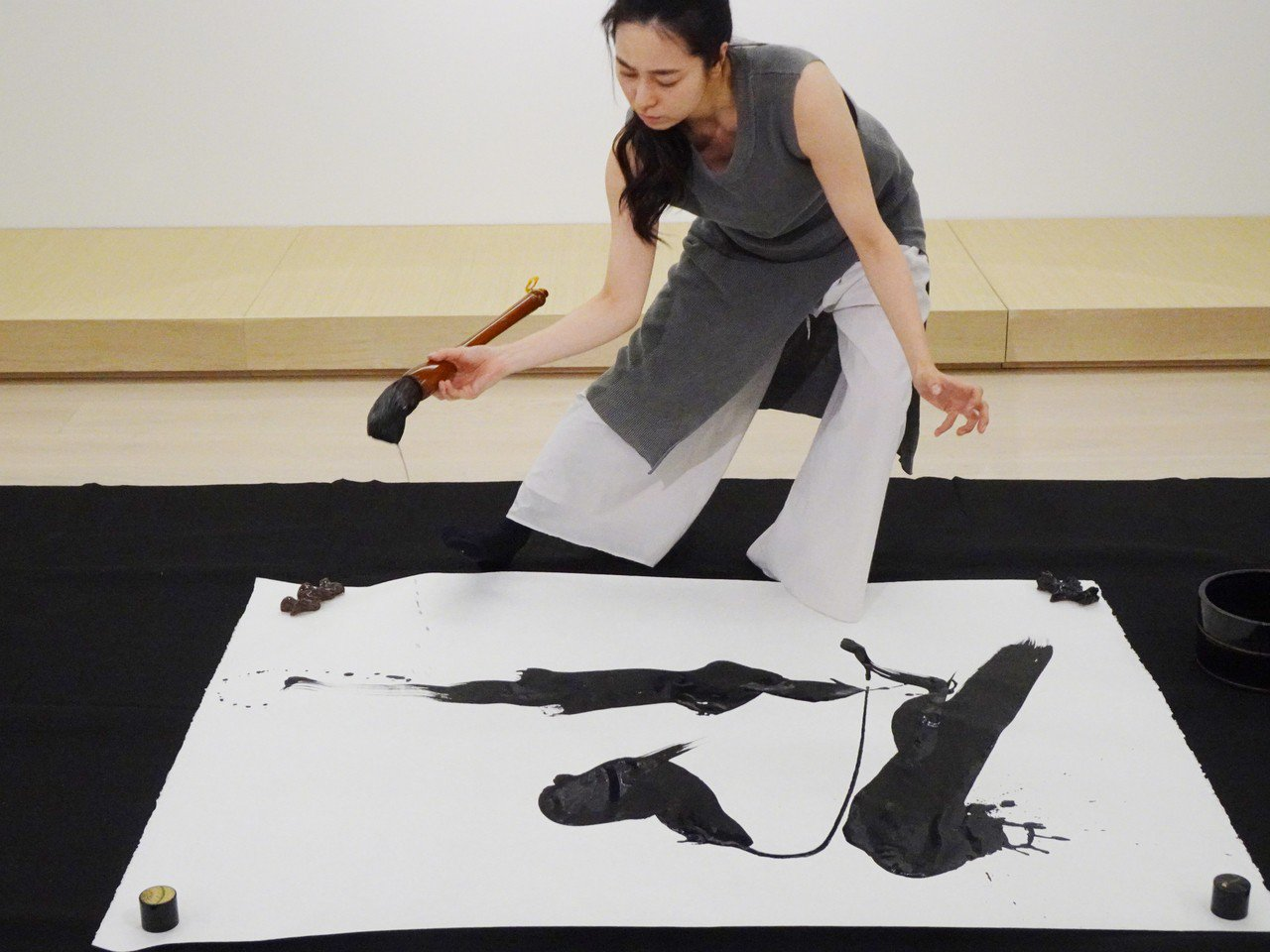 日本美女書法家岡西佑奈除了在紙上揮毫之外,也在畫布上以壓克力顏料作畫。她說,一直...