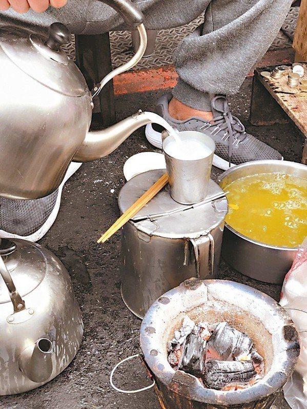 沒有招牌、桌子,老字號杏仁茶除了賣復古好味道,還有一份人情味。圖/嘉義市政府提供