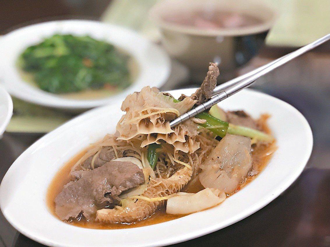 「阿進土產牛肉湯」滋味一級棒,還有各式牛雜熱炒。圖/嘉義市政府提供