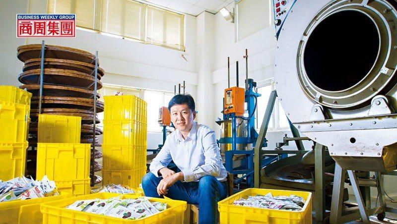 黃培倫坐在五金加工廠改造的茶葉廠中,他說每當年底旺季,自動化產線全開,一天可產4...