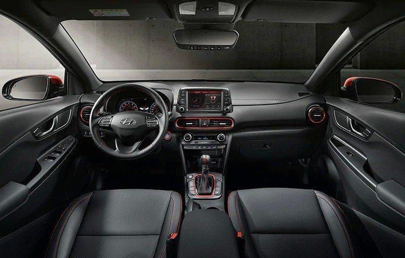 Hyundai Kona Iron Man Edition內裝以紅、黑色勾勒出鋼...
