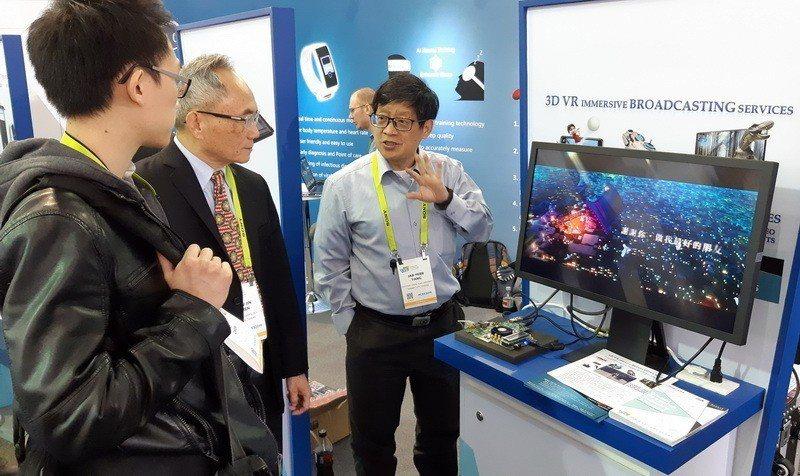 電機系楊家輝教授展示超高畫質3D及VR電視廣播系統。 成大/提供