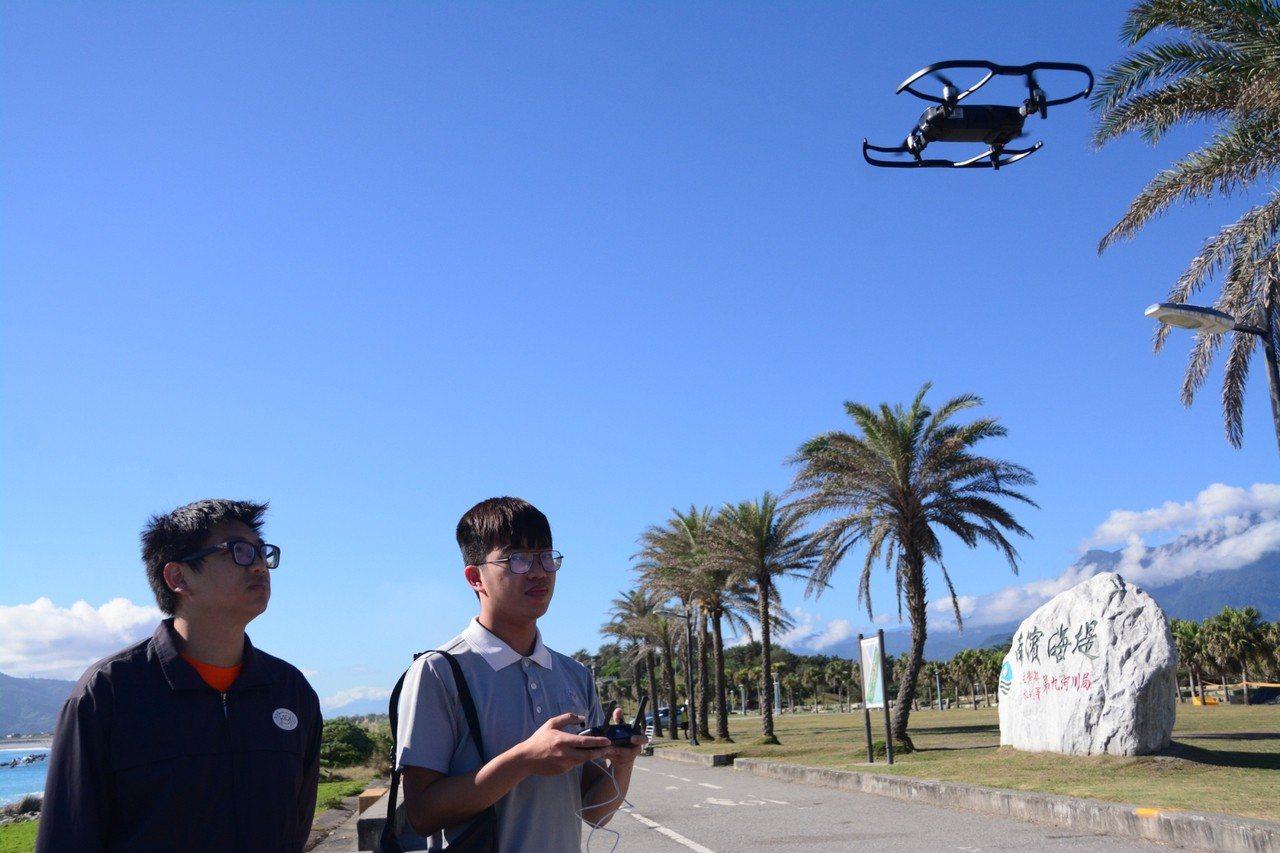學生練習操作空拍機。圖/慈濟科技大學提供