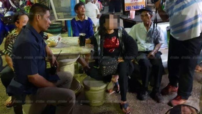 殺了人的正宮,淡定的喝著啤酒等待警方逮捕。圖擷自khaosod