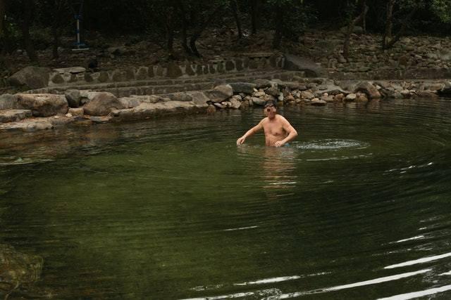 雖然現場架起「請勿下水」告示,警誡行山人士下水會有危險,但仍有男子跳下水。