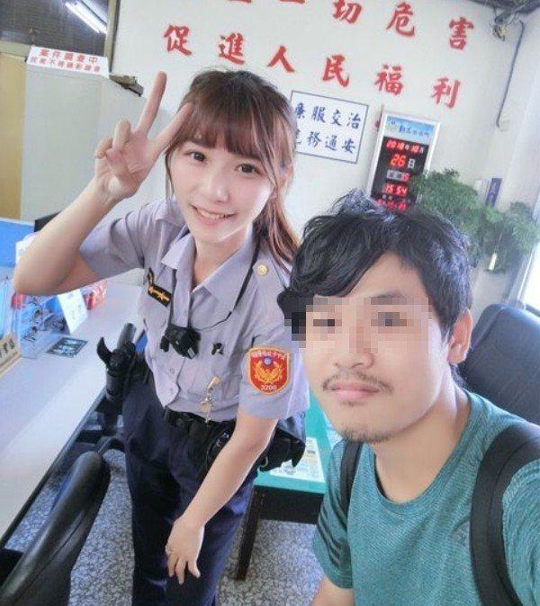 男網友在PTT發文提到,人生中第一次進警局,就是為了與楊舒婷合照。圖片來源/PT...