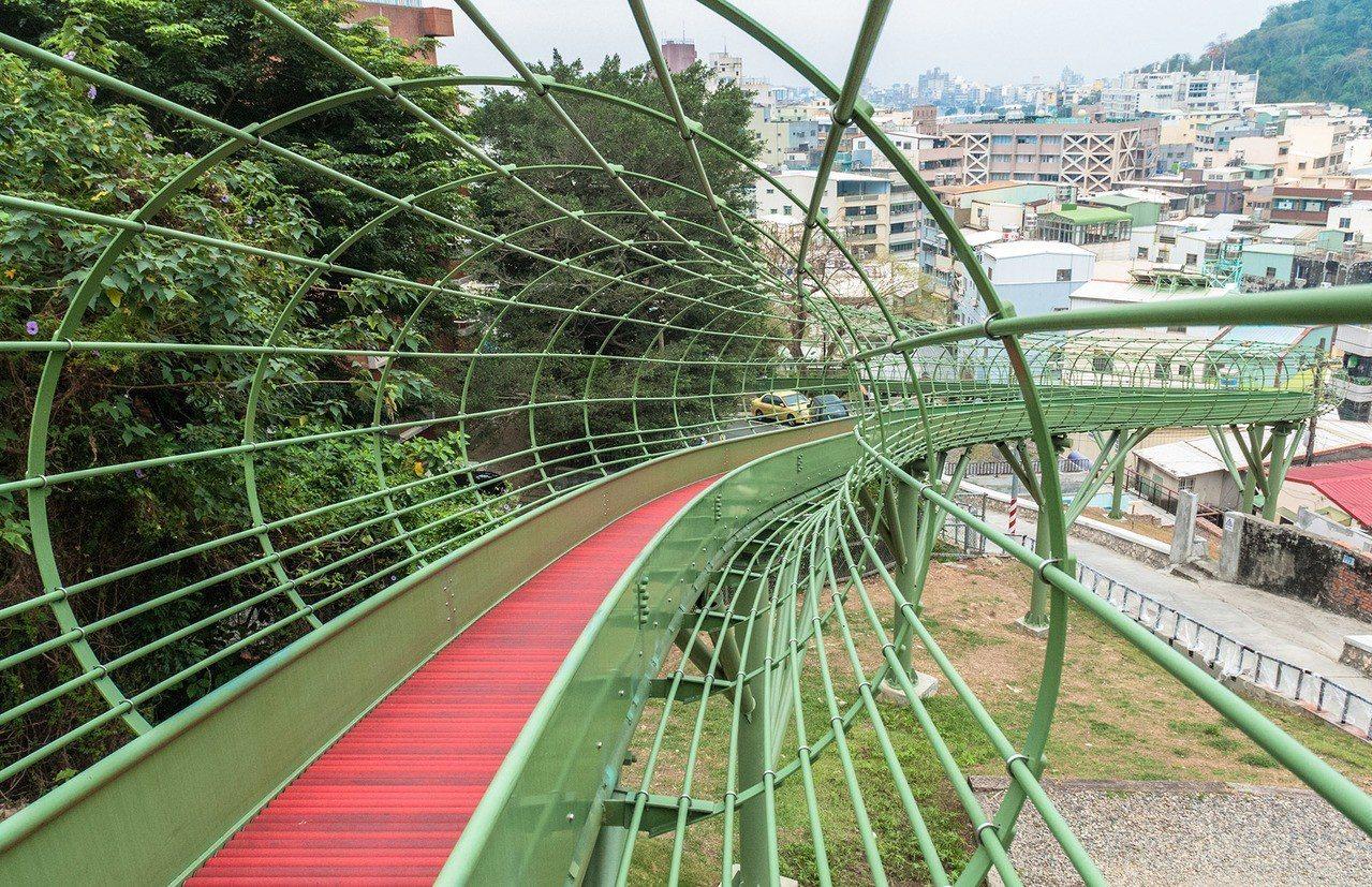 79公尺滾軸滑梯,讓民眾能以新鮮、有趣的方式,親近歷史場域。圖/高雄市都發局提供