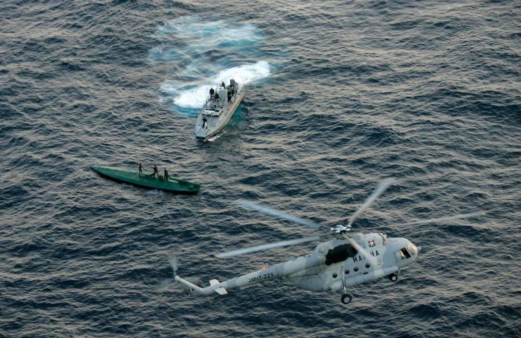 運毒途徑之二:海上的潛艇作戰,圖為被美國海防攔截圍捕的毒梟潛水艇。 圖/美聯社