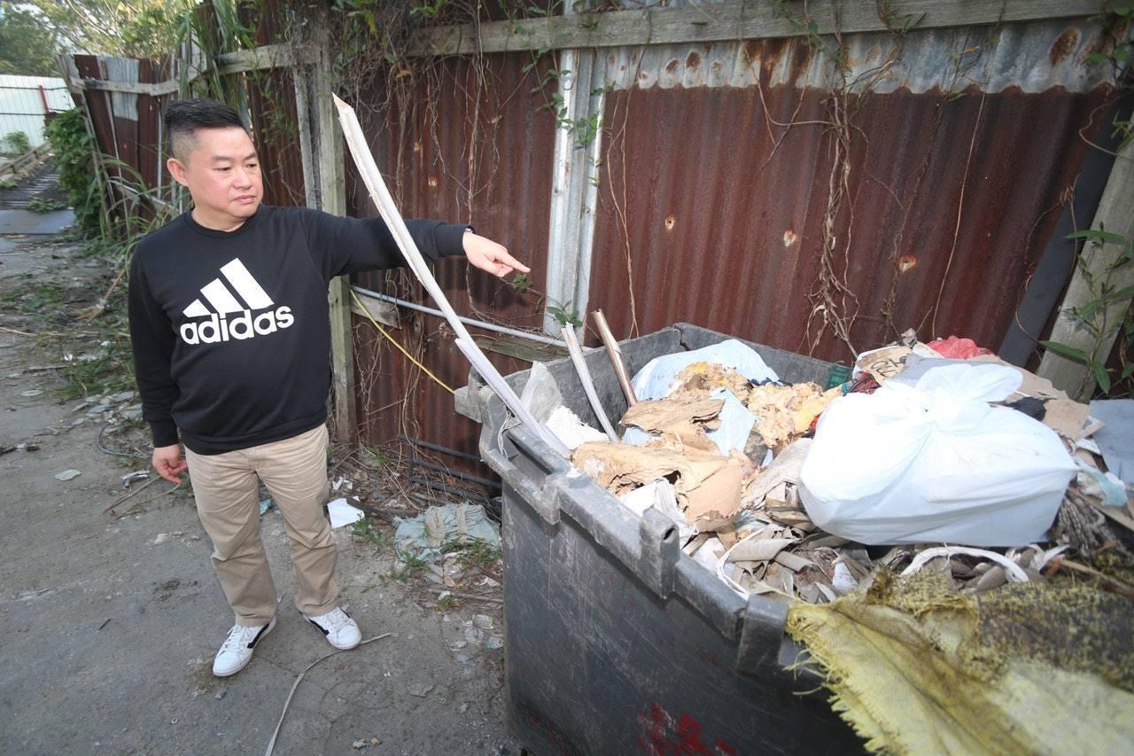 負責人鍾先生指,兩狗吐出雞骨、雞頸等殘渣,懷疑牠們被毒殺。(王譯揚攝)