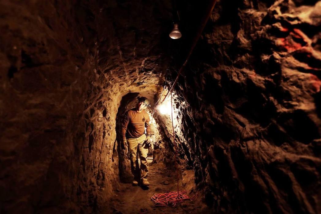 除了從邊境走私闖關之外,挖地道也是毒品運送的途徑之一。圖為從墨西哥提華納通到美國...