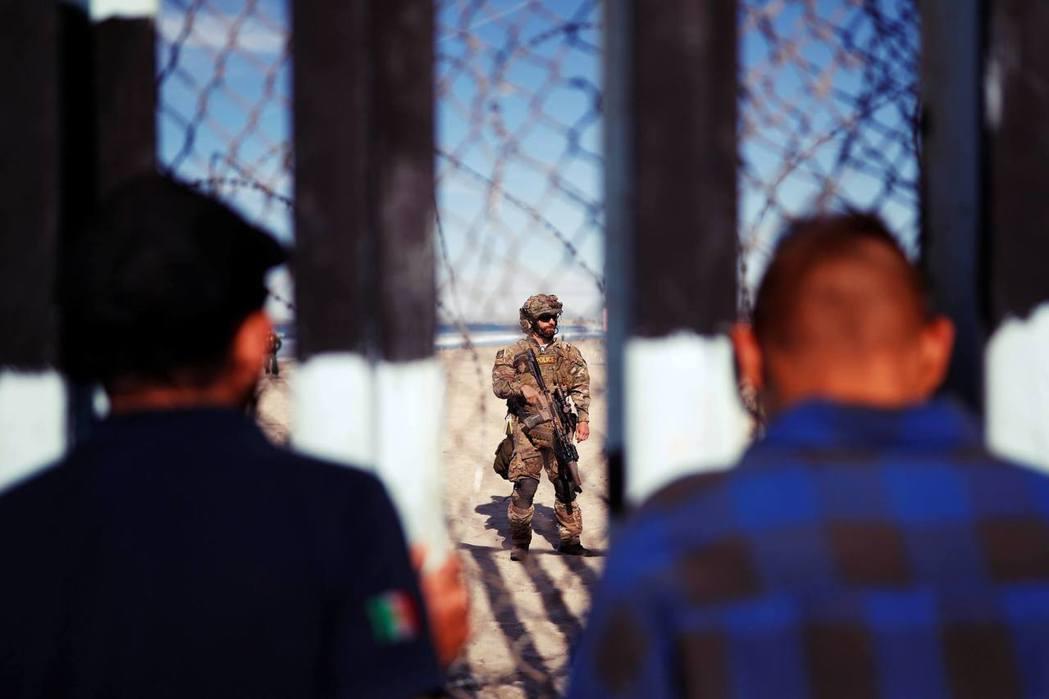 從墨西哥的提華納望向美國:圖中為提華納與美國的邊境,由邊防警衛隊BORTAC鎮守...