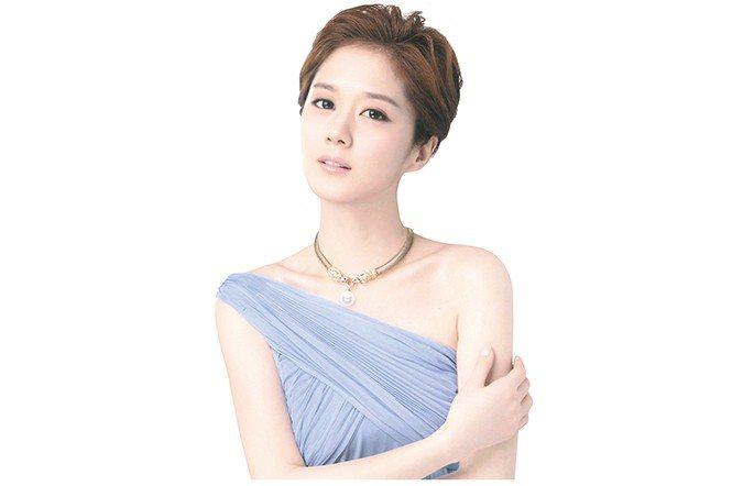模特兒身穿粉色系衣服搭配白皙的皮膚,更襯托珍珠的優雅。(千足珍珠提供)