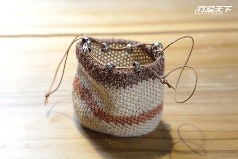 羊角鉤織成的小束口包。  攝影 行遍天下