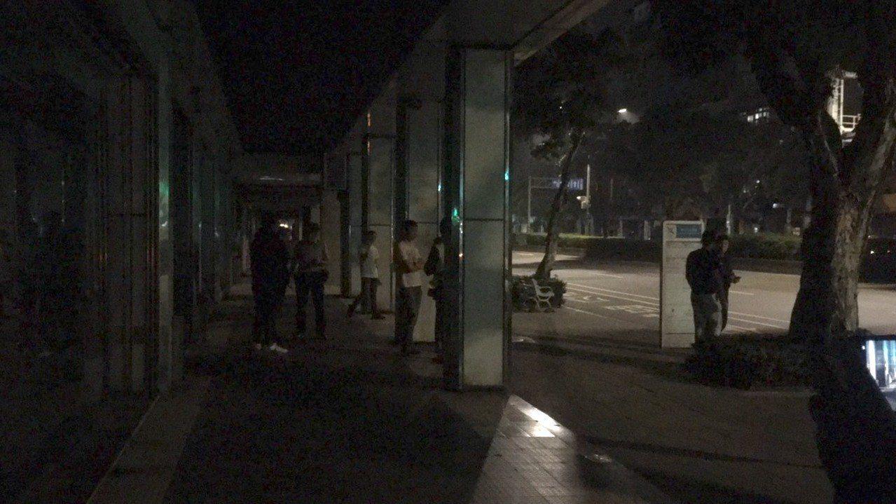 凌晨0時許,警方發現有近10名男子因不明原因在轄區忠孝東路派出所對街的騎樓徘徊,...