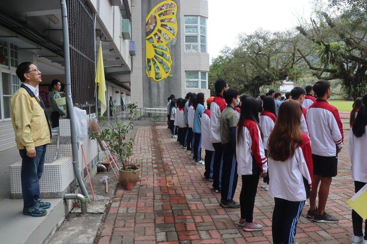 高雄市政府教育局長吳榕峯陪六龜高中師生升旗。圖/高市教育局提供