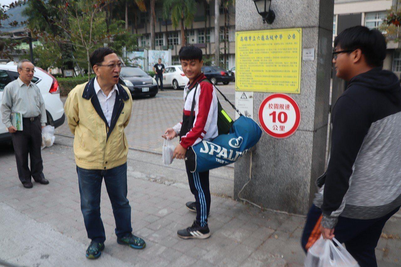 高雄市政府教育局長吳榕峯在校門口迎接學生上學。圖/高市教育局提供