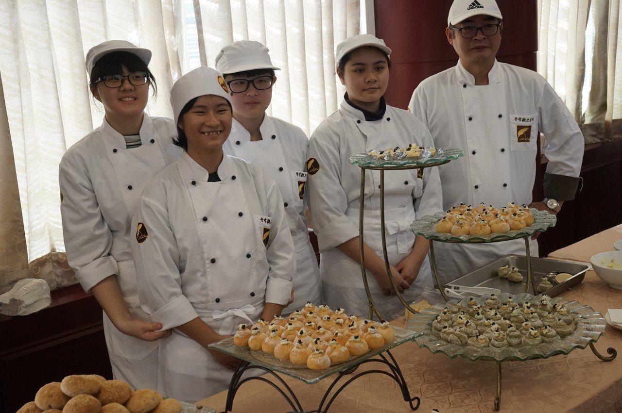 台觀學院學生也製作多樣可口甜點供來賓品嘗。記者王燕華/攝影