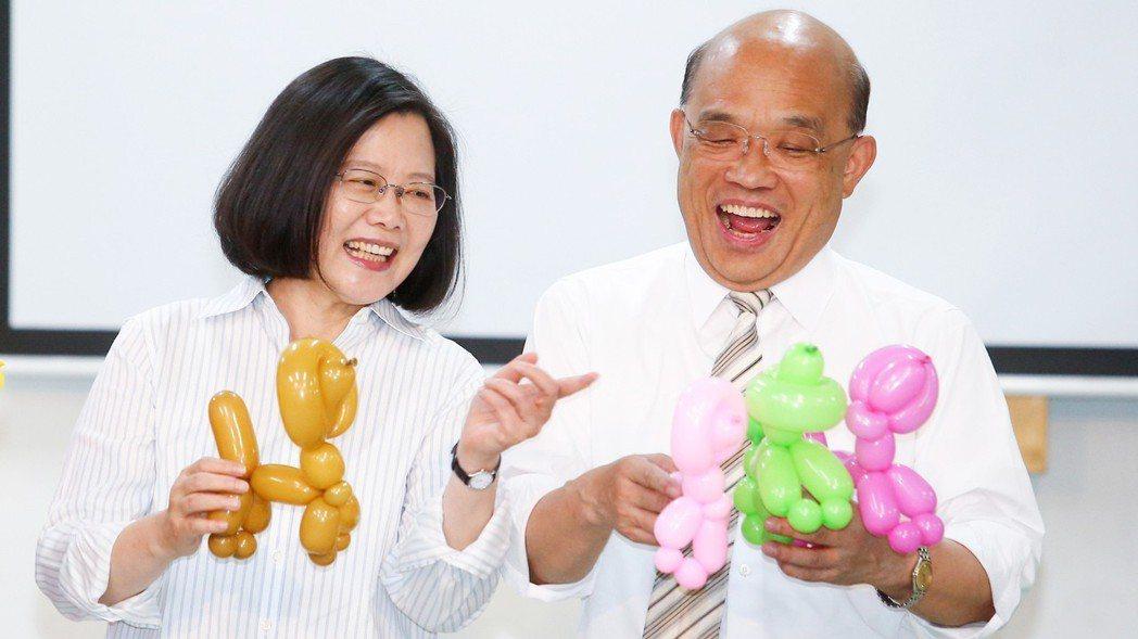 蔡英文總統(左)請蘇貞昌(右)當救援投手,要借電火球照亮連任之路。 報系資料...