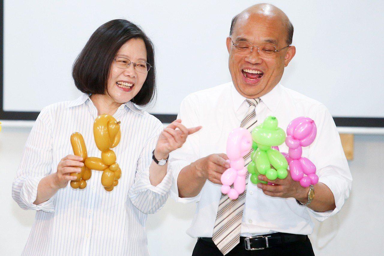 蔡英文總統(左)請蘇貞昌(右)當救援投手,要借電火球照亮連任之路。圖/本報資...