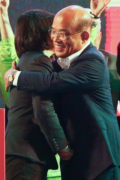 去年九合一大選選前之夜,民進黨新北市長侯選人蘇貞昌(右)在板橋舉行造勢大會,身兼...