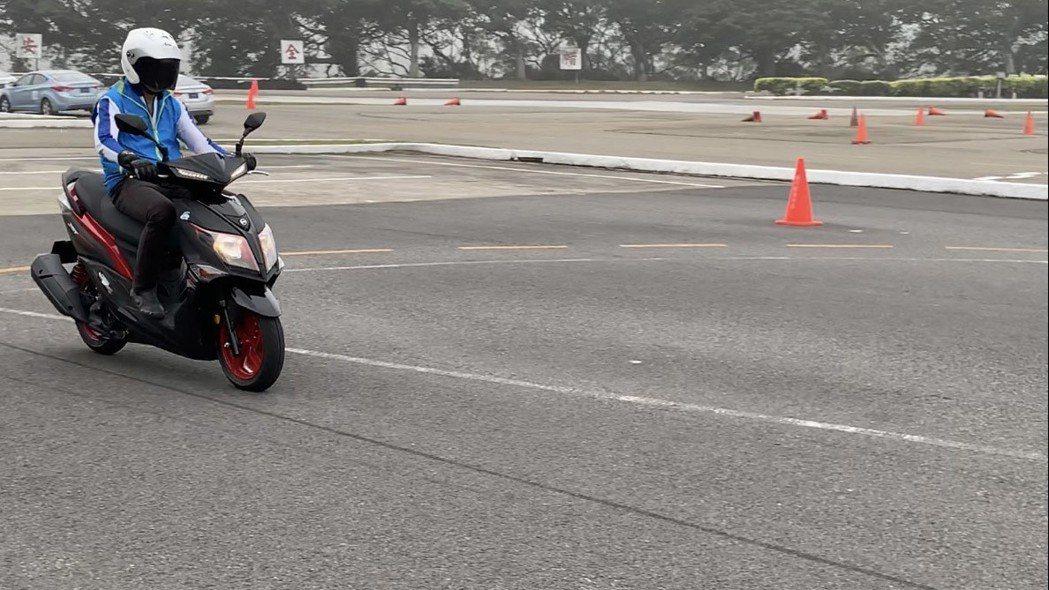 安全駕駛資深指導員教練鄭香信測試有加裝ABS機車,急煞時機車直線穩定停下。記者郭...