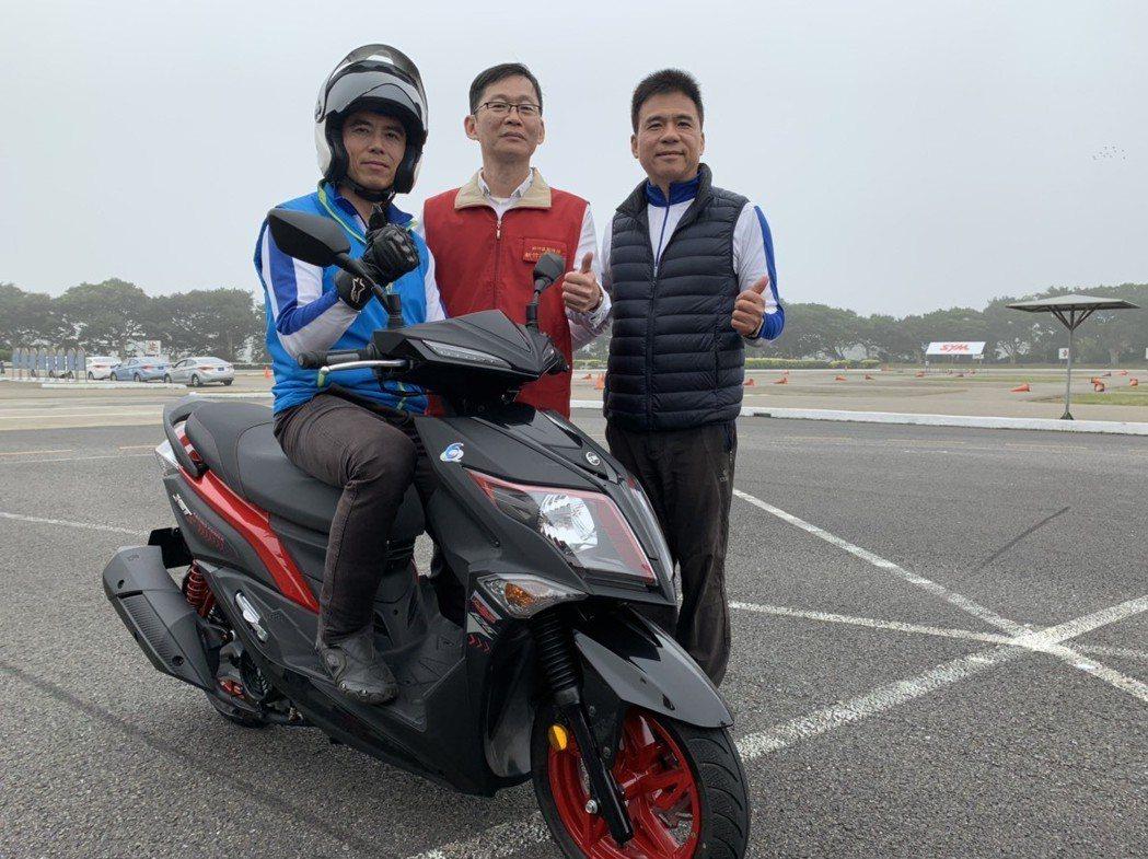 新竹市監理站今在新竹安全駕駛教育中心實測有加裝ABS安全裝置系統的機車穩定度。記...