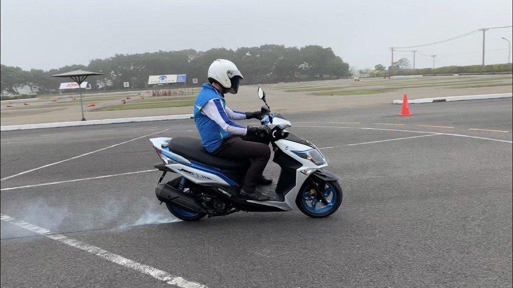 安全駕駛資深指導員教練鄭香信以沒有加裝ABS機車,以車速約50公里時行使乾燥路面...