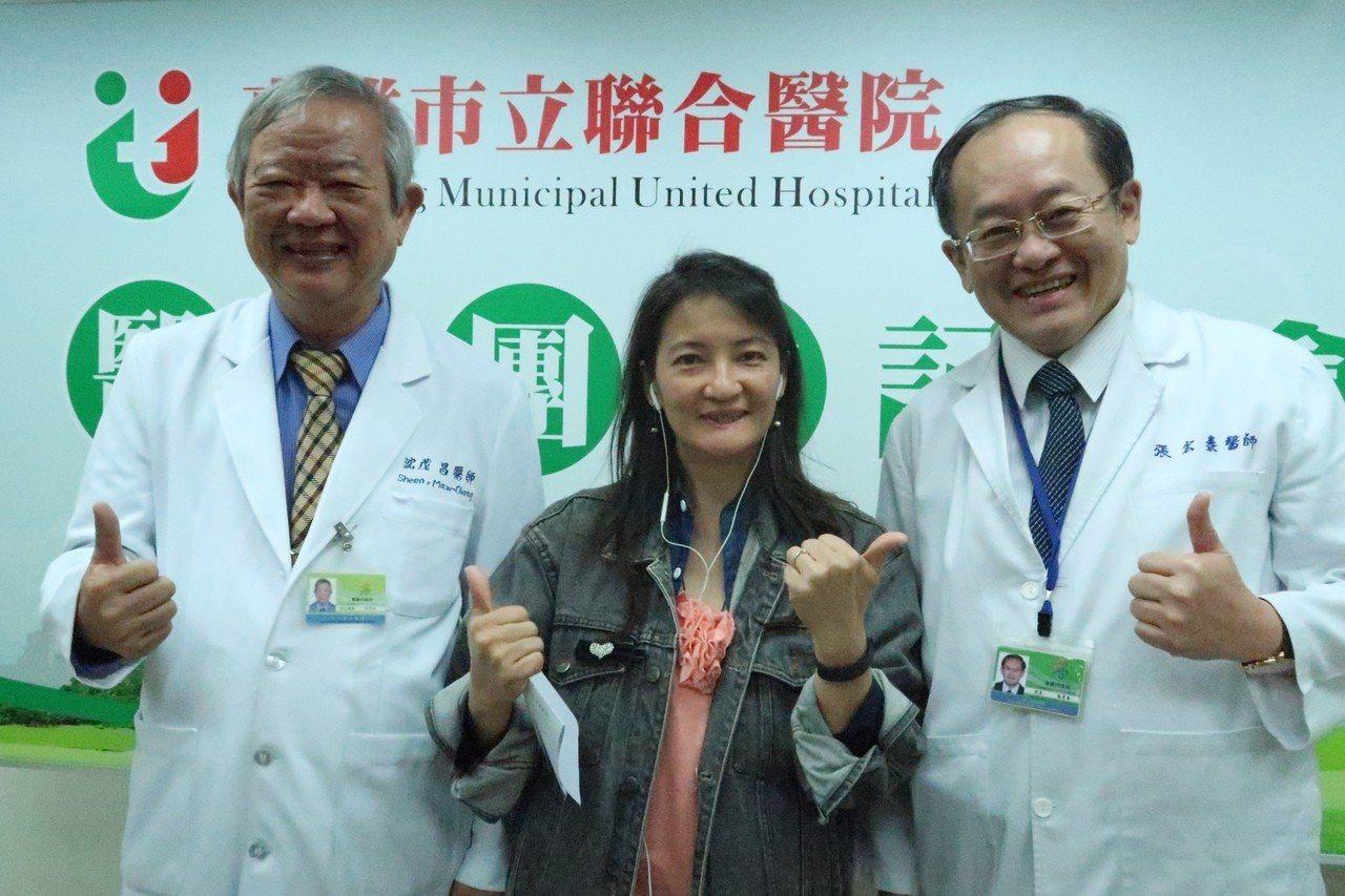 罹患下唇癌個案曾小姐(中)接受「動脈注射化學療法」,終於再展笑顏,感謝醫師沈茂昌...