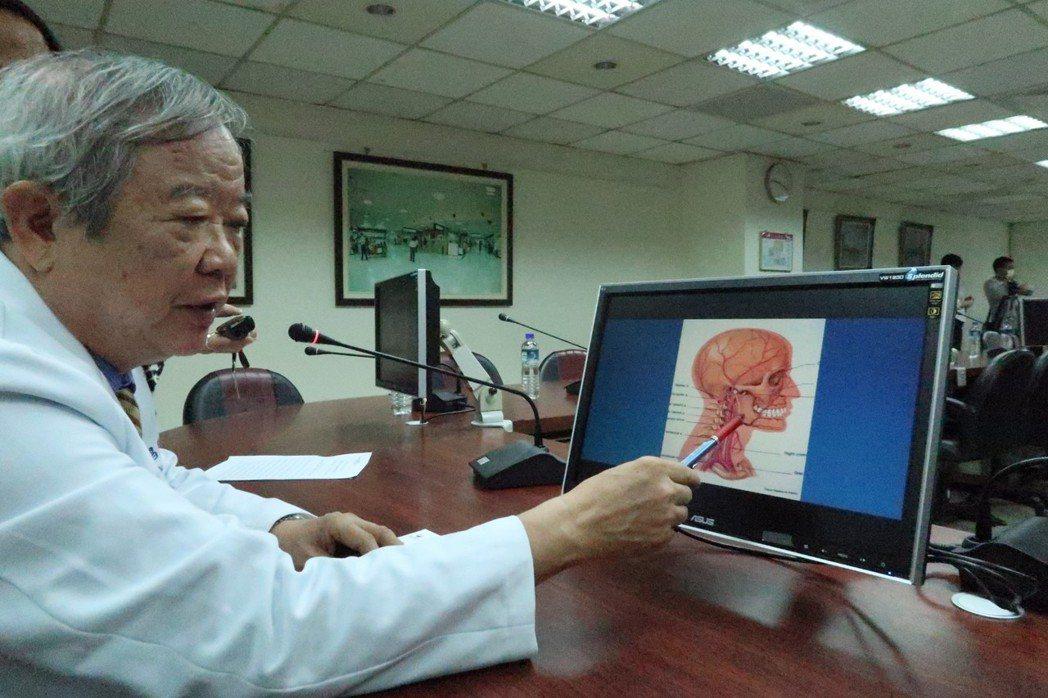 高雄市立聯合醫院腫瘤外科醫師沈茂昌解說「動脈注射化學療法」的進行方式。記者徐如宜...