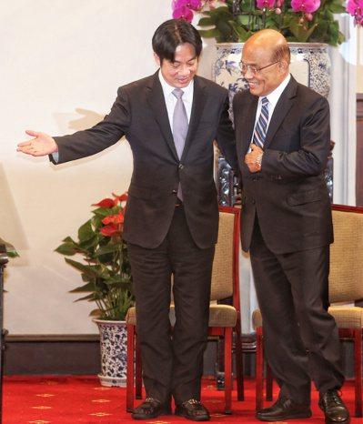 行政院長賴清德(左)上午提內閣總辭,由蘇貞昌(右)接任閣揆,二人一同出席總統府記...