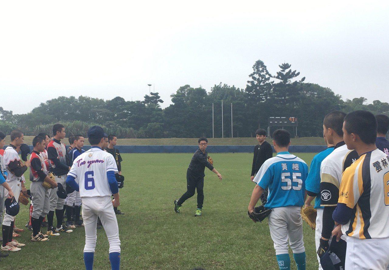 日職退役球員田中浩康擔任講師,指導國內青棒選手。記者葉姵妤/攝影