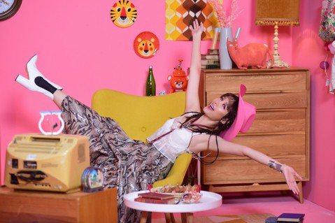 安心亞推出紓壓神曲「Chillaxing」,在MV演繹「工作狂心亞」、「心亞的戀愛煩惱」以及「女孩兒的美食誘惑」等各種情境,大展生動演技之外,還穿著背心及皮革短裙秀出曼妙曲線,事後打趣說:「過程做了...